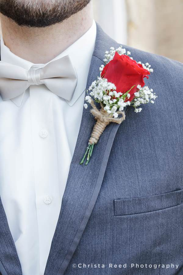 rose and baby breath boutonnière idea