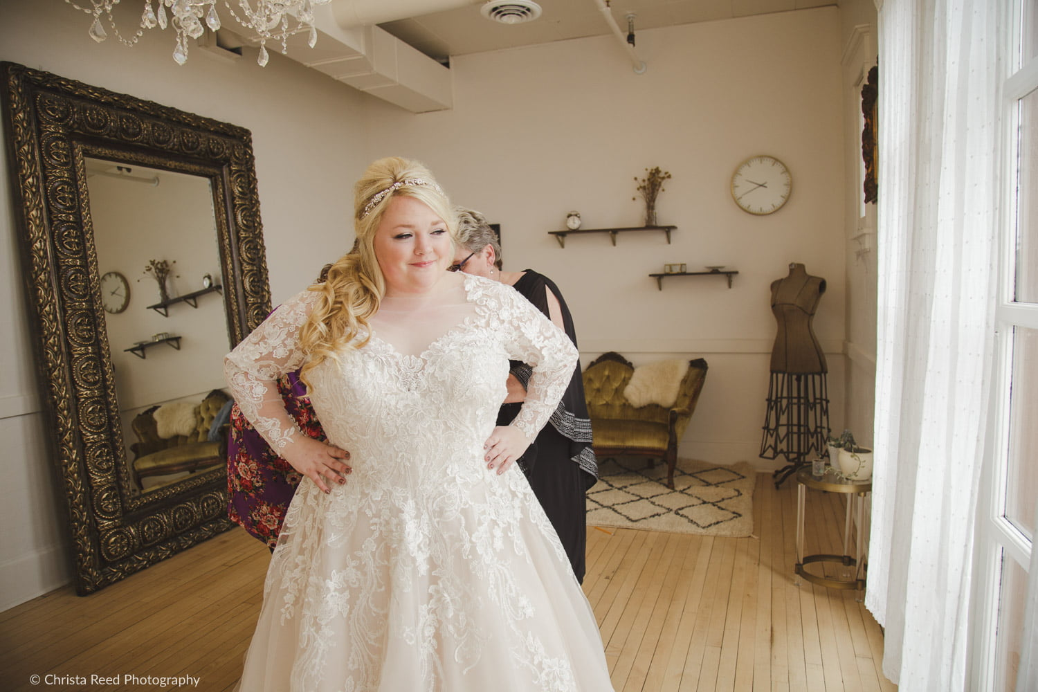 getting ready for your wedding in a vintage bridal suite at the capitol room st peter minnesota